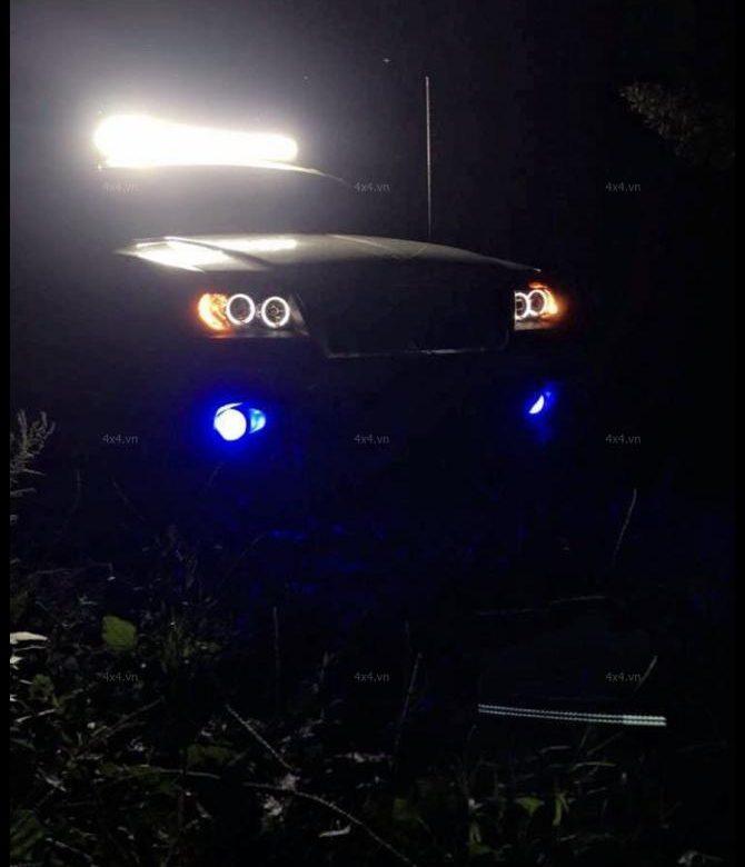 <strong>Đèn nóc xe bán tải</strong>: Chiếc bán tải được tô điểm thêm đèn led light bar giúp xe chất và hầm hố hơn khá nhiều