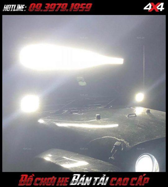 <strong>Đèn nóc xe bán tải</strong>: Chiếc xe Ford Ranger được tô điểm thêm đèn led light bar giúp xe chất và hầm hố hơn rất nhiều