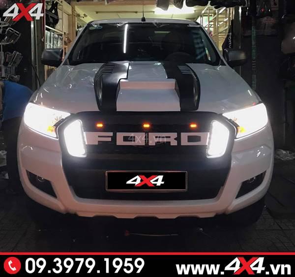 Đồ chơi xe Ford Ranger: Chiếc bán tải Ford Ranger nổi bật hơn với mặt calang chữ Ford có đèn 2 bên