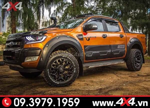 Chiếc bán tải Ford Ranger màu cam lên ốp cua lốp đinh màu đen giọt nước và nhiều món đồ chơi khác