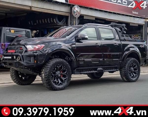 Chiếc bán tải Ford Ranger màu đen độ ốp viền bánh xe màu đen bóng đẹp và đẳng cấp