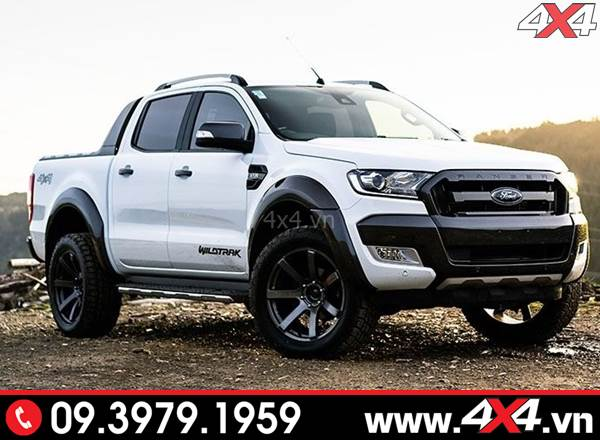 Chiếc Ford Ranger màu trắng gắn ốp cua lốp trơn đen bóng đẹp và sang