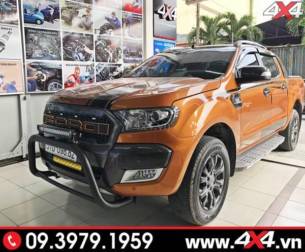 Chiếc bán tải Ford Ranger màu cam gắn ốp viền đèn trước Ford carbon độ đẹp và đẳng cấp
