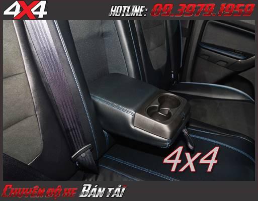 Đường chỉ màu xanh được may chắc chắn ở ghế, bọc cần số và vô lăng