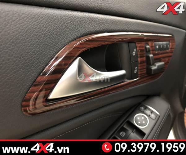 Ốp vân gỗ ở tay cửa dành cho xe mercedes benz