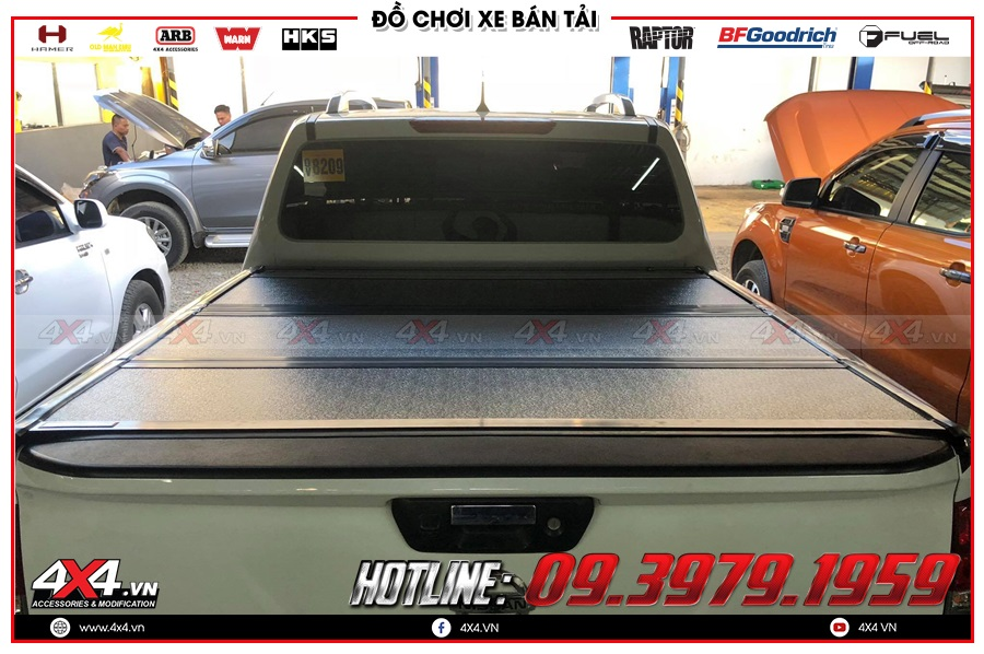 Gắn nắp thùng 3 tấm cho xe Nissan Navara 2020 tiện dụng và giá hợp lý tại 4x4