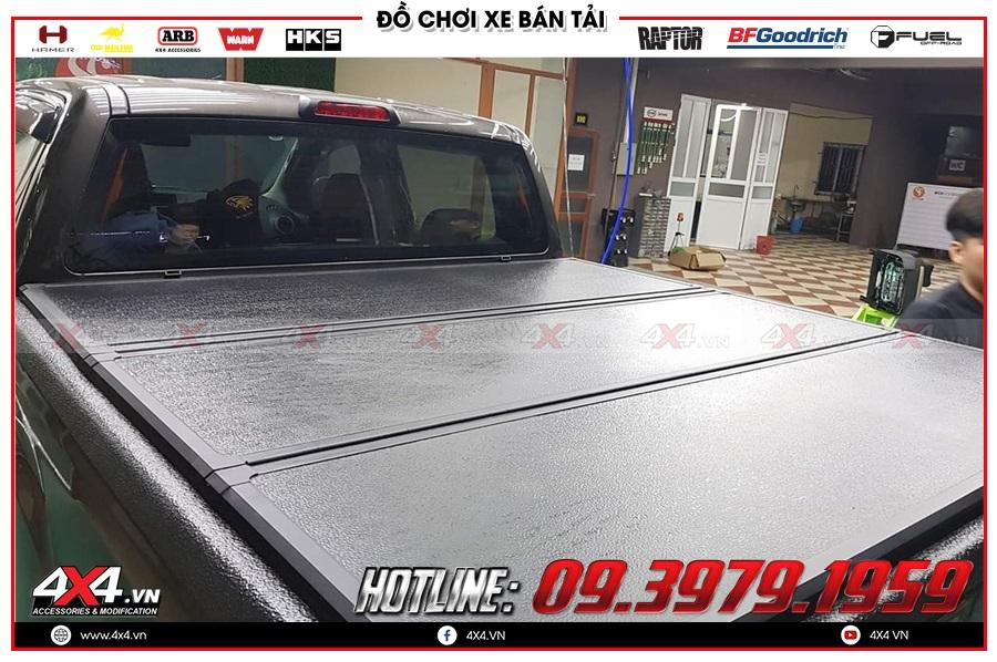 Lên nắp thùng 3 tấm cho xe Toyota Hilux 2020 tiện dụng tại 4x4