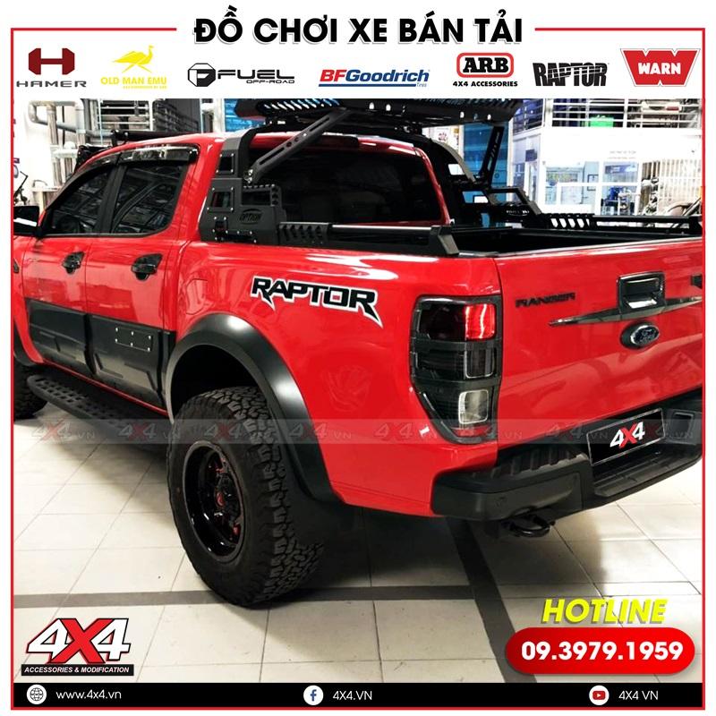 Chiếc bán tải Ford Ranger màu đỏ độ thanh thể thao và nắp thùng cuộn giúp xe ngầu và đẹp hơn
