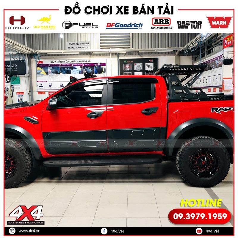Ốp hông cửa bảng lớn độ đẹp, cứng cáp cho xe bán tải Ford Ranger màu đỏ