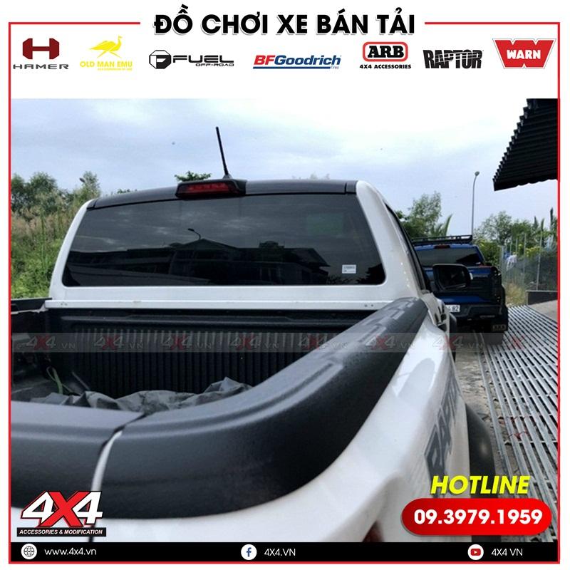 Xe bán tải gắn ốp viền thùng giúp bảo vệ xe và tạo điểm nhấn