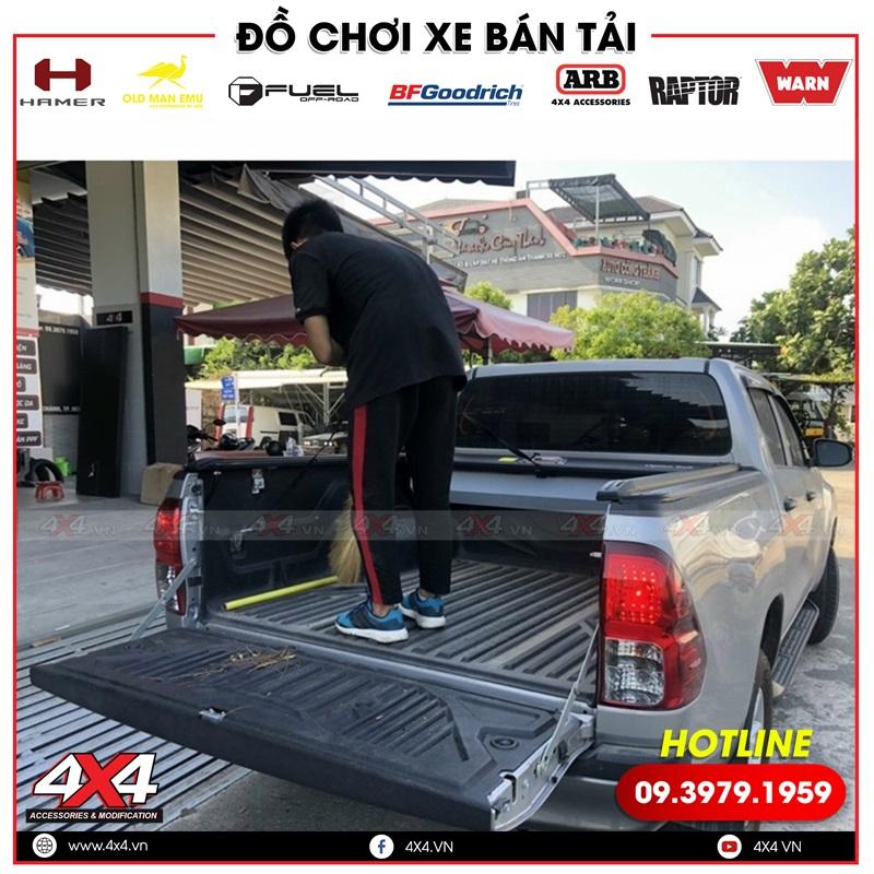 Xe bán tải Toyota Hilux độ nắp thùng Option Roll tiện lợi và đẹp