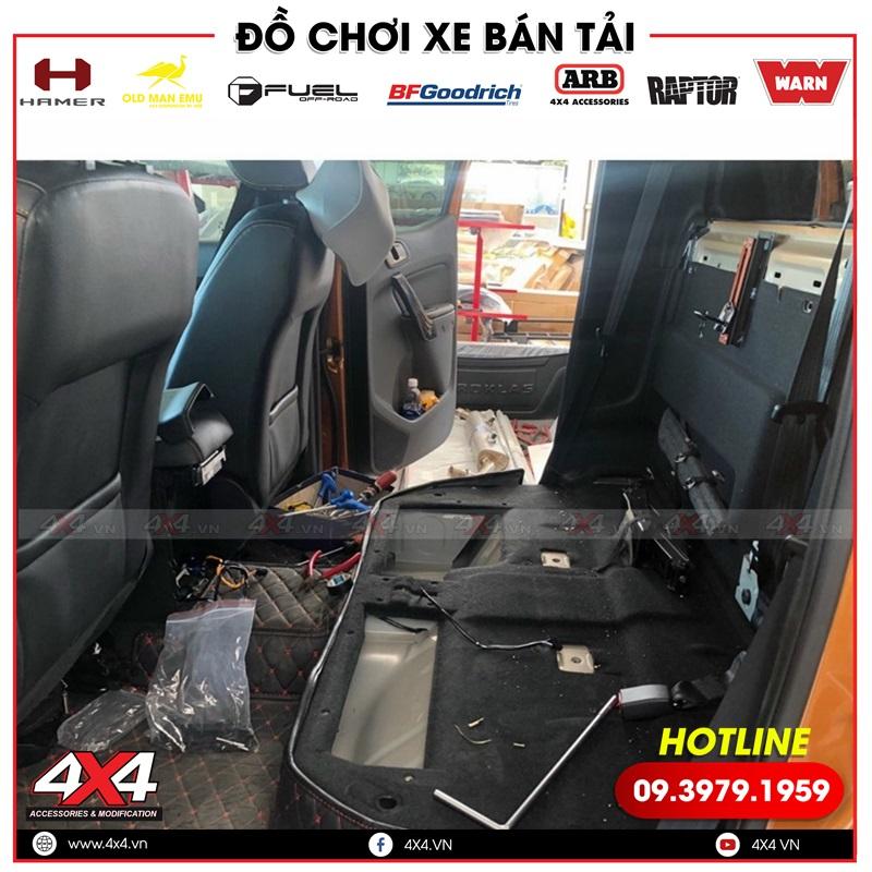 Xe bán tải Ford Ranger độ thêm ghế chỉnh điện để người ngồi sau dễ điều chỉnh tư thế ngồi